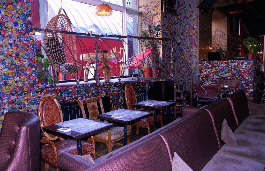 Яркий интерьер в кафе