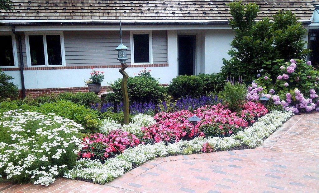 Стильная цветочная клумба возле частного дома