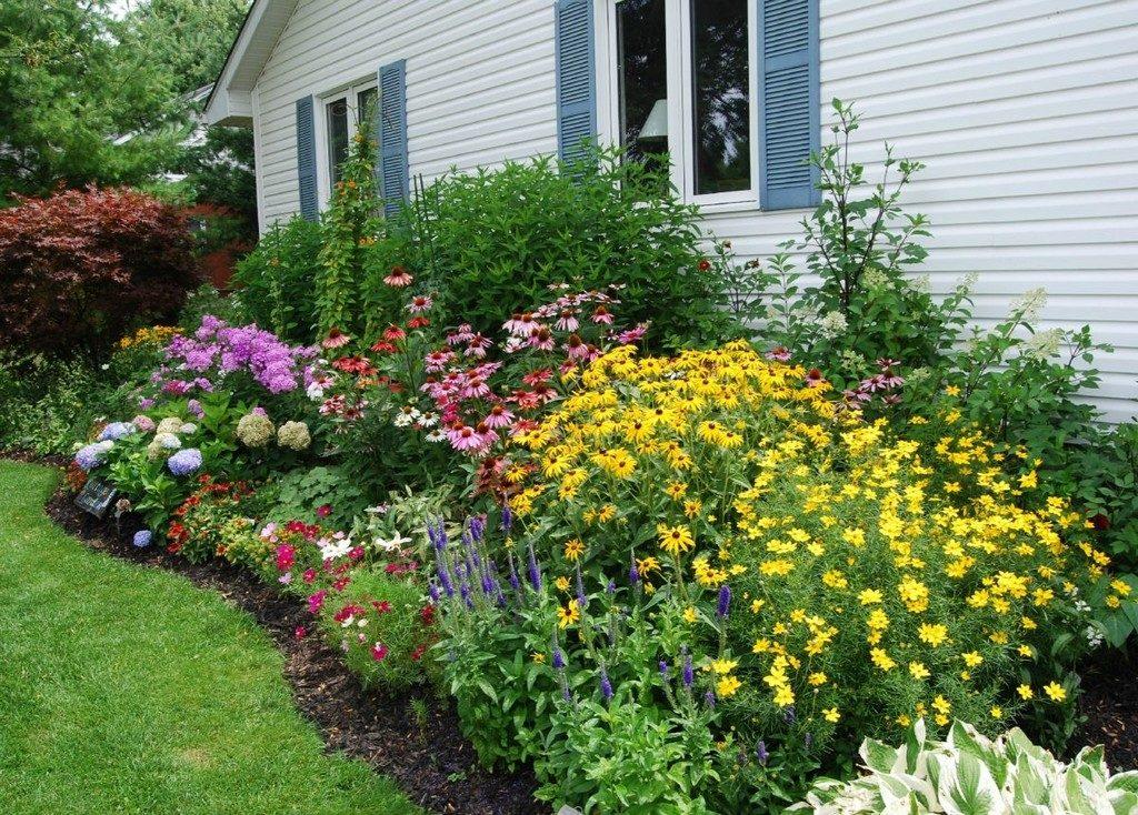 Цветочная композиция возле дома